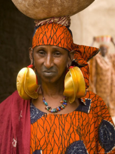 gavin-hellier-portrait-of-a-fulani-woman-wearing-traditional-gold-earrings-mopti-mali-west-africa-africa