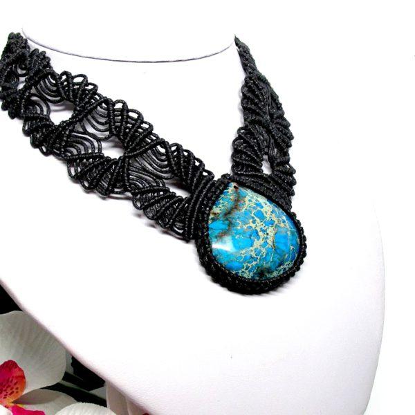 Fekete makramé nyaklánc, kék jáspis kővel