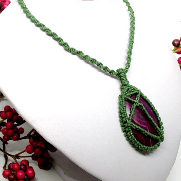 Zöld makramé nyaklánc, lila achát kővel