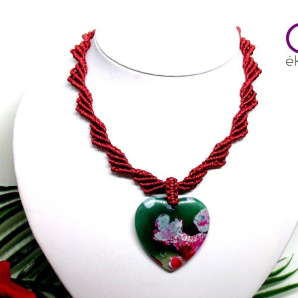 Borvörös makramé nyaklánc szív alakú achát medállal